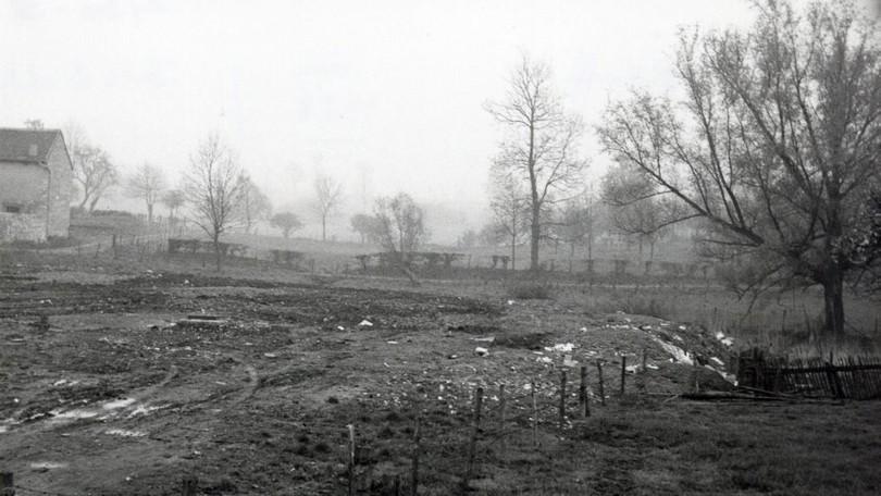 In Dorff um 1958. Ehemaliges Wiesengelände am Fromberg. Im Vordergrund der Bereich des ehemaligen Dorffweihers. Hinter dem Hohlweg entstand 1973 zunächst ein Bolzplatz. | Quelle: Pfarrarchiv Dorff, Paul Idon (Foto Dodt)